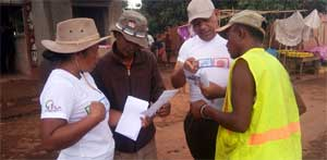 Animators teaching citizens the use of ballot papers in Bongolava region