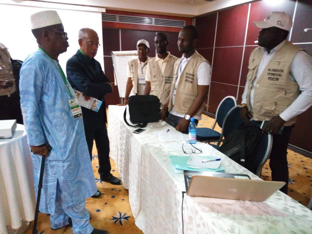 Le Pool d'Observation Citoyenne du Mali's 2018 presidential election ESR receiving the AUEO mission leader